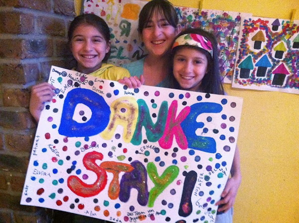 Drei Kinder mit selbst gestaltetem Plakat: »Danke STAY!«.