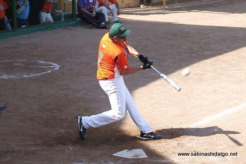 Pedro Morales bateando en el softbol dominical