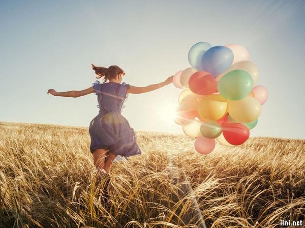 ảnh cô gái quay lưng chạy nhảy cùng chùm bóng