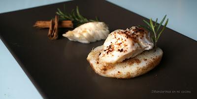 Bacalao confitado en aceite y romero sobre patata con canela