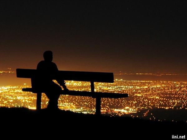 ngồi một mình nhìn ngắm thành phố trong đêm