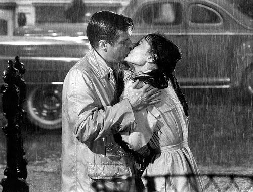 hình ảnh hôn nhau dưới mưa 1