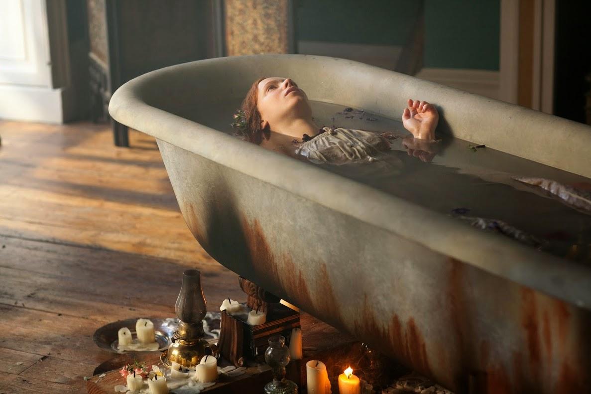 Cena da série Desperate Romantics em que Millais pinta o quadro Ophelia