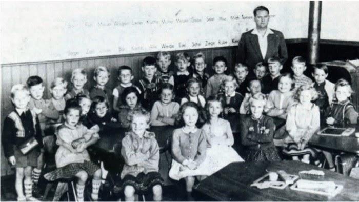 """Letzte Einschulung in der """"unteren Schule"""" im Jahre 1956."""