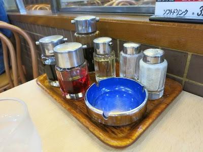 テーブル席に置かれた調味料類と灰皿
