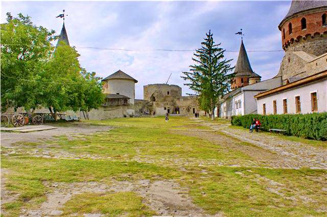 Внутрішній двір Кам'янець-Подільської фортеці. Зліва направо: верх Тенчинської башти, Ляська башта, Денна башта, башта Рожанка, невеличка Комендантська башта, башта Лянцкоронського