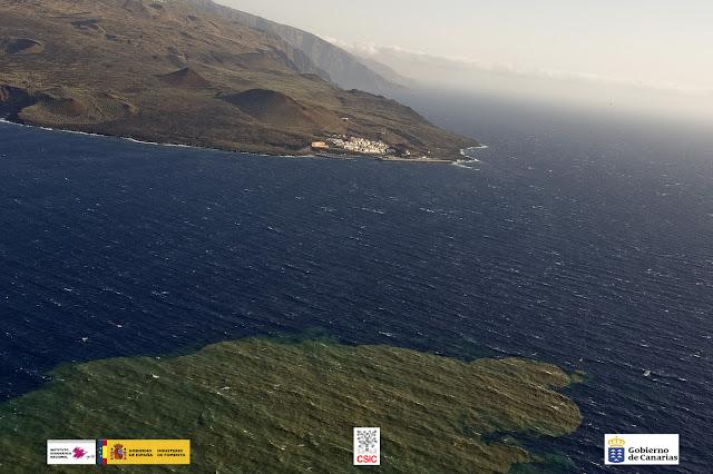 Observación aérea de la mancha sobre el mar