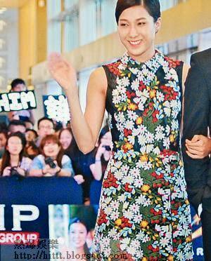 鍾嘉欣憑碎花長裙奪得「靚爆星光大道獎」。