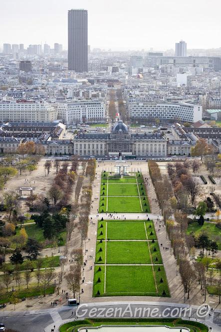 Eiffel kulesinden Ecole Militaire ve Montparnasse binası manzarası, Paris
