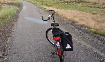 Centano Jugend-Fahrrad 26 Zoll mit Haberland-Satteltasche auf dem Fahrrad-Weg der Kurischen Nehrung in Litauen (Foto: Martin Bullinger)