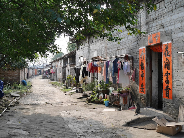 clothes drying next to an older building south of Jiaoqiao New Road (滘桥新路) in Yangjiang