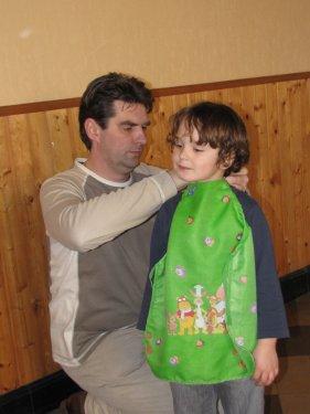 Papa helpt even de schort aan te doen.