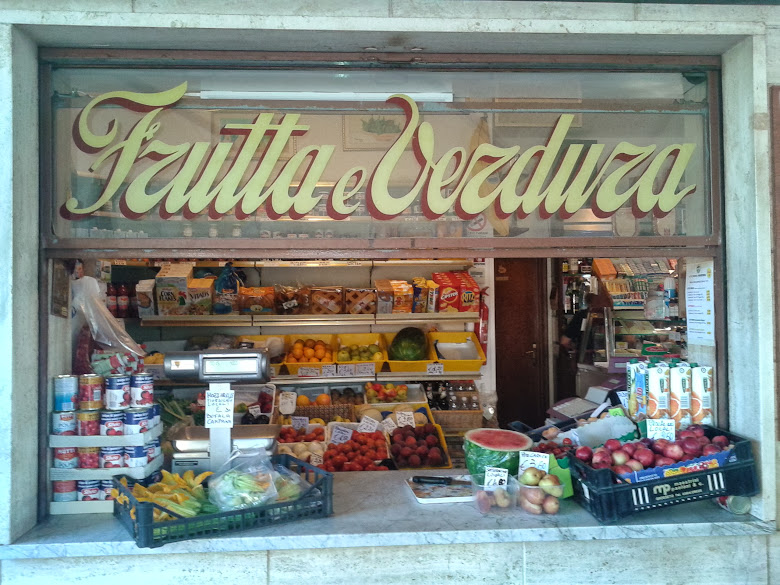 Fruit and vegetable shop and coffee bar Magi in the Maremma Nature Park