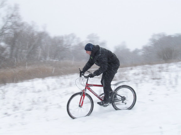 по снегу на велосипеде