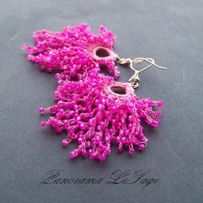 Kolczyki szydełkowe Rosa Biżuteria szydełkowa Panorama LeSage z drobnymi koralikami szklanymi Jablonex i inne fuksja róż długie