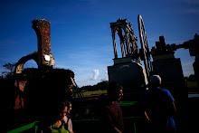 Un grupo de ciudadanos hace un recorrido por la Hacienda y observa el trapiche de vapor.