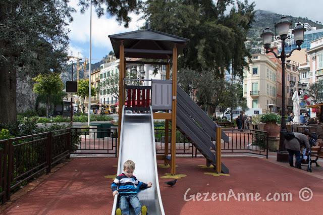 Monako'da pazar yanındaki çocuk parkı