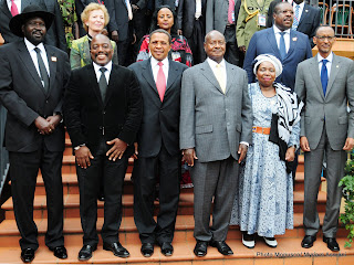 (En avant-plan de G.à.D) Salva Kiir, président du Soudan du Sud, Joseph Kabila président de la RDC, Jakaya Kikwete président de la Tanzanie, Yoweri Museveni président de l'Ouganda, Nkosazana Dlaminini Zuma présidente de la commission de l'Union africaine et Paul Kagame président du Rwanda à la clôture du VIIè sommet extraordinaire de la CIRGL à Kampala (Jeudi 5 septembre 2013)