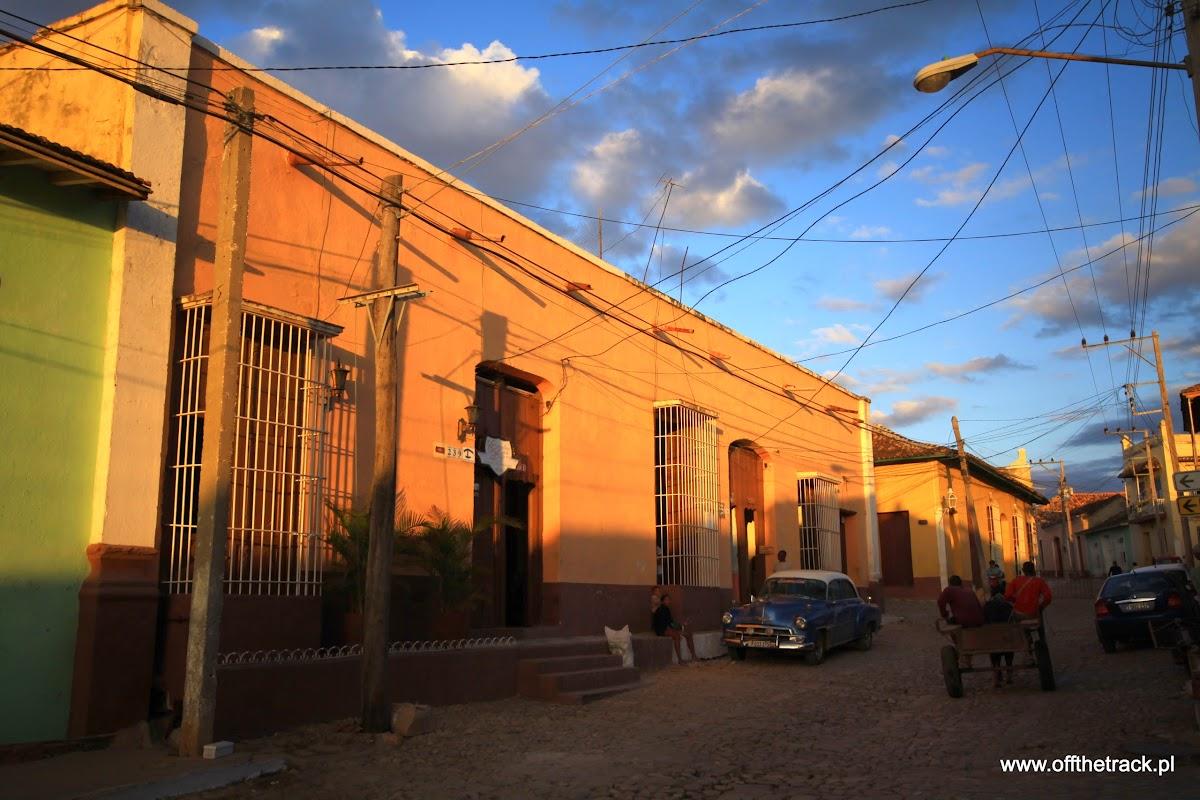 Ulica o zmierzchu w Trinidad na Kubie