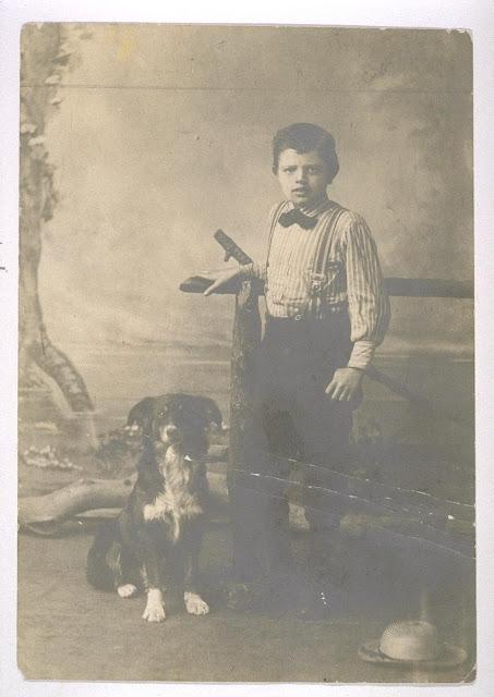 Dziewięcioletni Jack London i jego pies Rollo. Zdjęcie z 1885 roku, ze zbiorów UC Berkeley, Bancroft Library