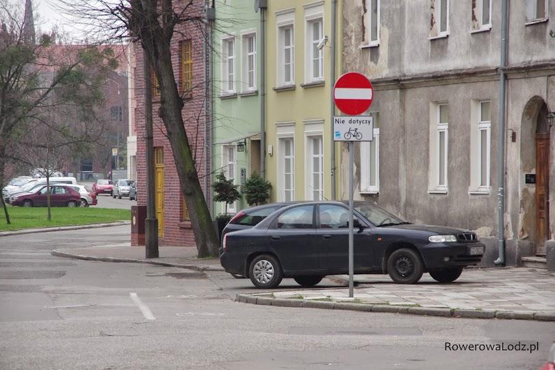 Kontraruch rowerowy. Tylko na wlocie skrzyżowania wymalowany krótki kontrapas rowerowy.