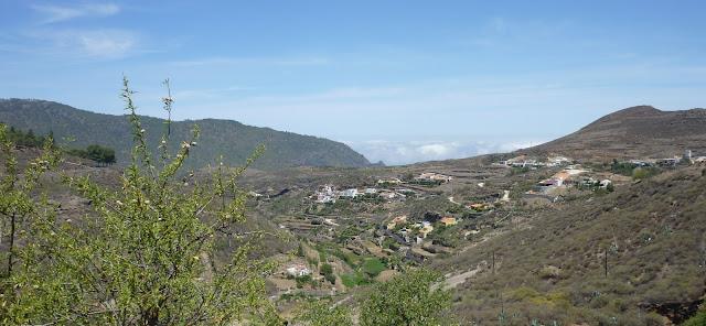 kleine Häuser am Hang in der Nähe von Arteanara