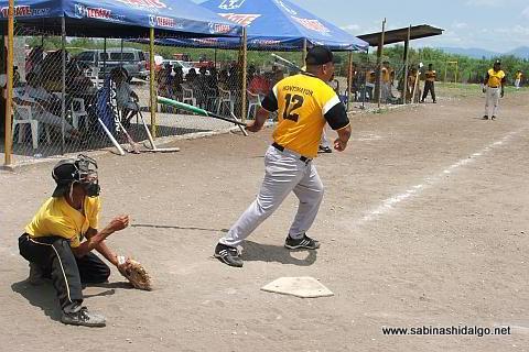 Raúl Montemayor de Panteras en el torneo de softbol del Club Sertoma