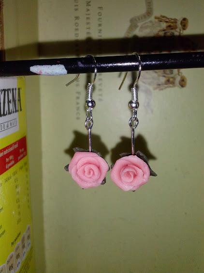 Orecchini mini rose pendenti in pasta di mais CAM01085