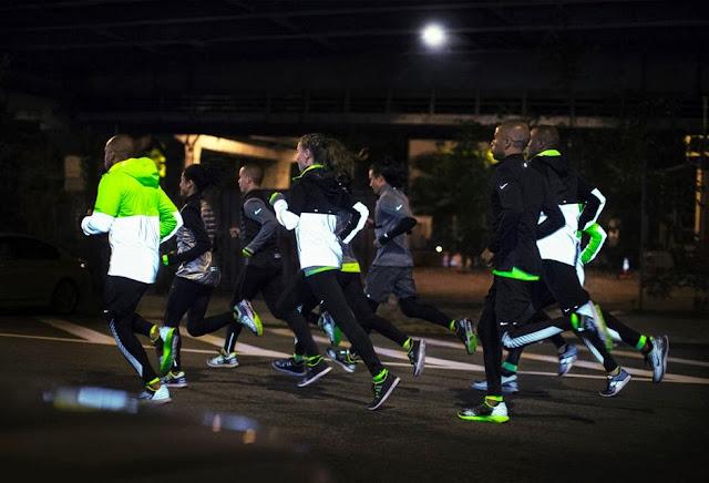Tak hanya sepatu, Nike juga memperkenalkan pakaian lari yang didesain khusus untuk musim dingin tanpa meninggalkan ciri khas bahan reflektif.