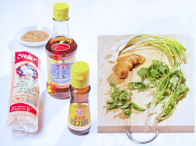 Składniki na makaron ryżowy z sezamem i imbirem