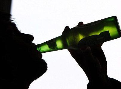 Uống quá nhiều rượu làm tăng nguy cơ gây run vô căn