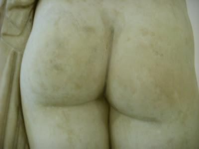 女性の彫像のおしり