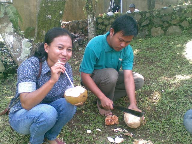 Melly, Erfano minum kelapa muda