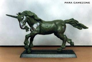Miniatura esculpida por ªRU-MOR de un unicornio adulto, escala de warhammer fantasy