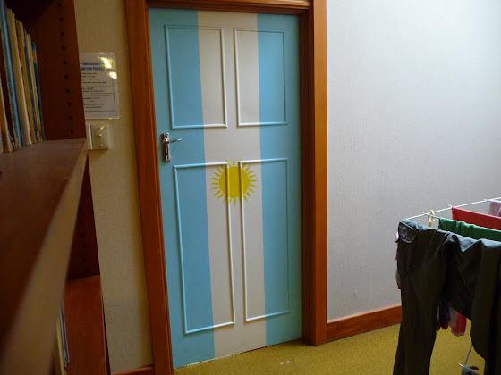 Y la puerta de Argentina una pieza que estaba llena de chichices koreanas!!!