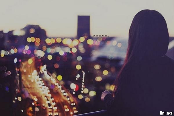 ảnh cô gái buồn nhìn xuống con đường phố về đêm