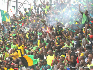Des supporteurs de Vita Club de la RDC le 21/09/2014 au stade Tata Raphaël à Kinshasa célébrant la victoire, lors du match de la demi-finale aller de la ligue des champions de la Caf contre CS Sfaxien de la Tunisie, score : 2-1. Radio Okapi/Ph. John Bompengo