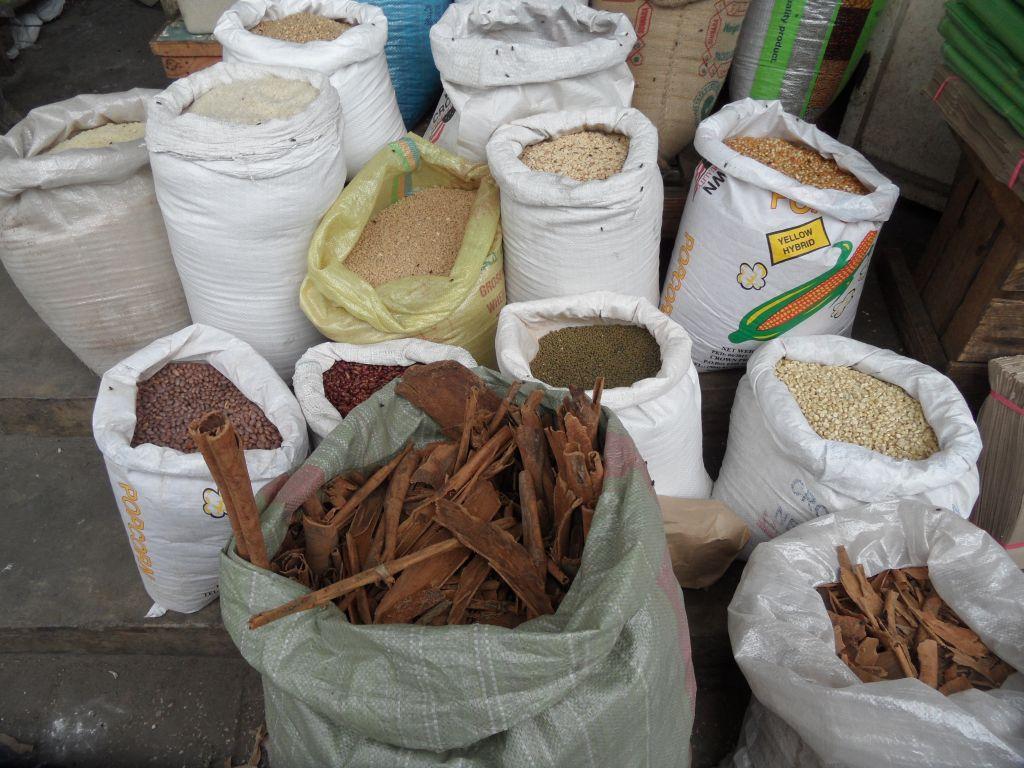 Stone Town pazarında baharatlar