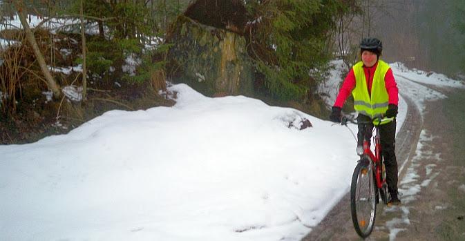 Anna on the Bike Karsamtag bei Kandersteg, Schweiz