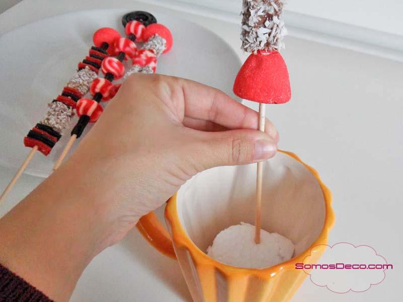 Brochetas de chuches para decoración de Navidad.