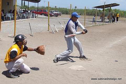 Jesús Cantú bateando por SUTERM en el softbol del Club Sertoma