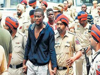 Des étudiants congolais escortés par la police indienne après une bagarre survenue samedi 15 juin à Jalandar-Penjab avec des Indiens (Photo droits tiers)