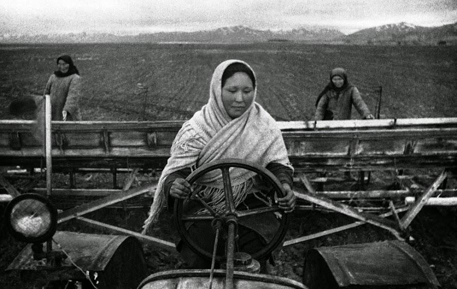 Mulheres soviéticas do Quirguistão trabalhando duro na plantação, ca. 1942. Fotografia: AP Photo.