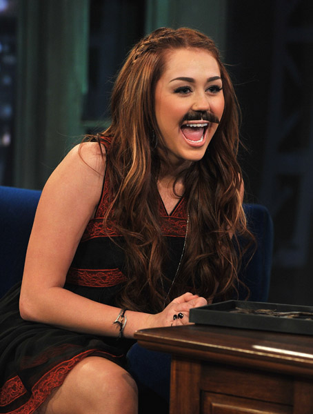 HOT CELEBRITIES PICS HOT MILEY CYRUS VISITED LATE NIGHT WITH JIMMY FALLON IN NEWYORK 3 MARCH 2011