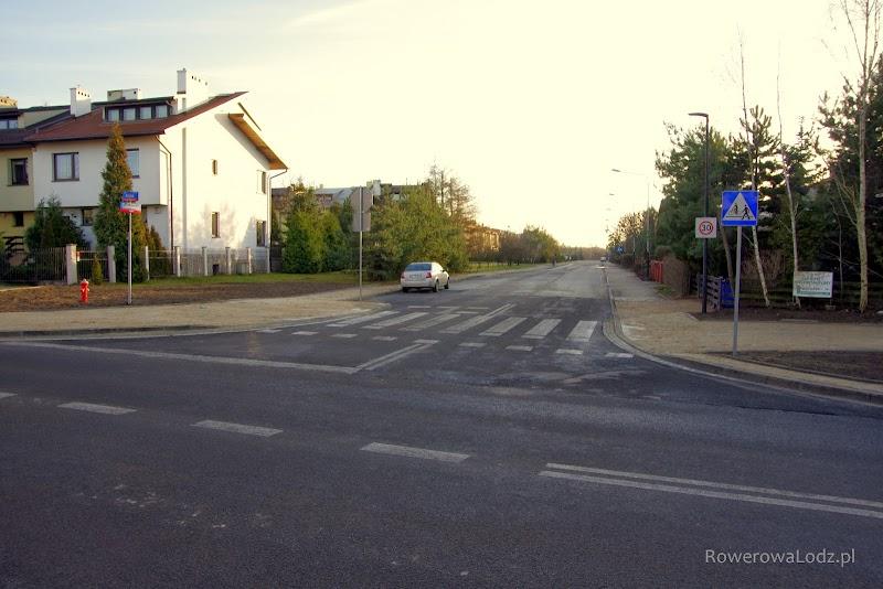 Pozostałością po pierwotnych planach jest przejazd dla rowerów przez ul. Cebertowicza