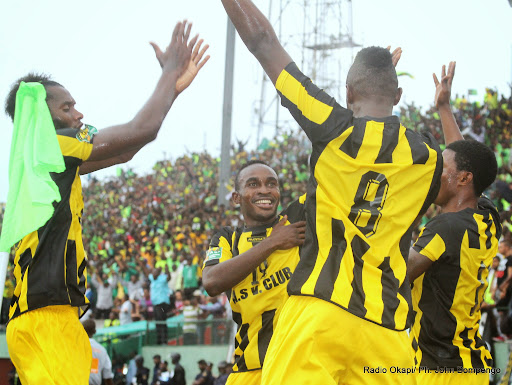 Des joueurs de Vita Club de la RDC le 21/09/2014 au stade Tata Raphaël à Kinshasa célébrant la victoire, lors du match de la demi-finale aller de la ligue des champions de la Caf contre CS Sfaxien de la Tunisie, score : 2-1. Radio Ok