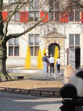 Middelburg is gaststad voor koninginnedag op 30 april 2010. De voorbereidingen om koningin Beatrix te ontvangen zijn al genomen. De fonteinen spuiten oranje water. Die oranjegekte toch.