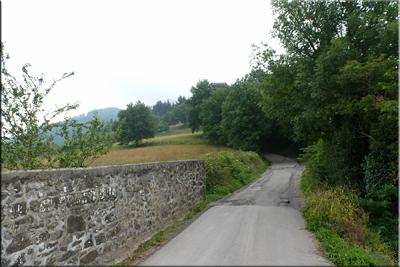 Seguimos la carretera junto a la iglesia