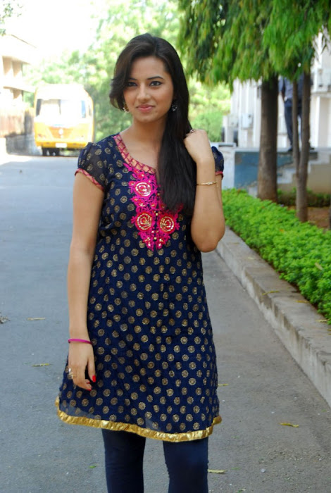 isha chawla in chudithar photo gallery