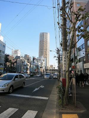 お店の前から中目黒の駅前のタワーが見える